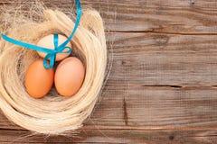在干草的三个鸡蛋 库存照片