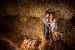 年轻在干草的男孩和gyrl 美好的夫妇室外夏天画象  在干草 室外夏天portr 免版税库存照片
