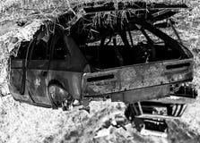 在干草的老和生锈的俄国汽车 免版税库存图片