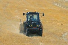 在干草的领域的拖拉机 免版税图库摄影