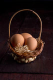 在干草篮子的复活节彩蛋  免版税库存照片