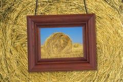 在干草背景的木制框架  图库摄影