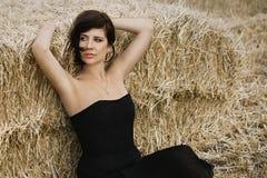 在干草背景的美丽的妇女画象 免版税库存照片