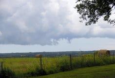 在干草领域的云彩在南马尼托巴 免版税图库摄影