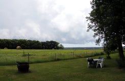 在干草领域的云彩在南马尼托巴 免版税库存照片