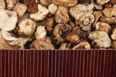 在干蘑菇的美丽的竹席子作为农业背景 图库摄影