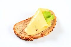 在干酪上添面包 免版税库存照片