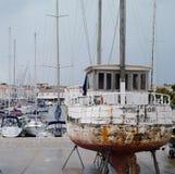 在干陆的渔船在圣马丁de Re 库存图片