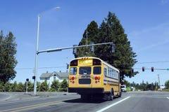 在平交道口的校车 免版税库存照片