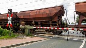 在平交道口的货物无盖货车在德国 库存照片