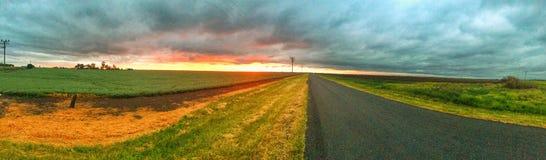 在平原的日落在风暴以后 免版税库存图片