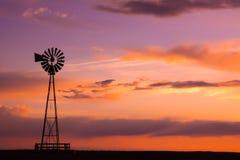 在平原的风车 免版税库存图片