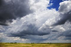 在平原的风雨如磐的多云天空 免版税库存照片