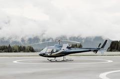 在平台的单引擎的直升机 图库摄影