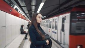 在平台的少女身分和等待火车到达 股票视频