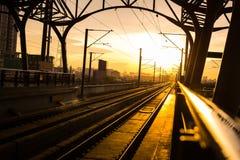 在平台的火车站在日落 免版税库存图片