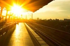 在平台的火车站在日落 免版税图库摄影