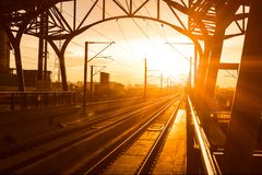 在平台的火车站在日落 图库摄影