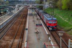 在平台的火车铁路 俄语RailwaysRZD 郊区铁路 图库摄影