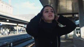 在平台的绝望妇女身分,晚为火车,丢失了她的最后机会 股票视频
