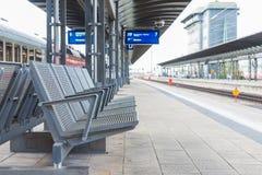 在平台的钢椅子在火车站 免版税库存照片