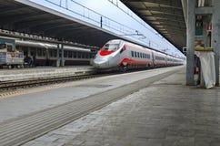 在平台的Trenitalia Freccia Rossa火车 库存图片