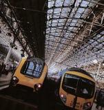 在平台,曼彻斯特卡迪里的火车 免版税库存照片