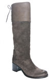 在平均脚跟的妇女的棕色皮靴 免版税库存照片