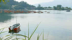 在平安的湖的红色渔船 免版税库存照片