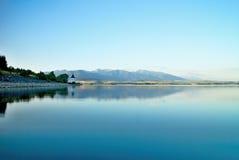 在平实水的看法在水坝Liptovska玛拉有Havranok教会的背景 库存图片