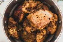 在平底深锅的烤鸡 与一个金黄外壳的鸡 免版税图库摄影