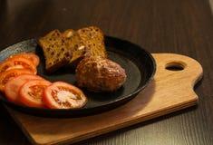 在平底锅、肉和菜的食物 图库摄影
