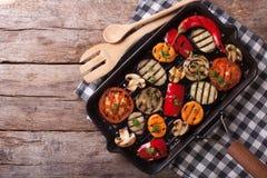 在平底锅格栅的烤菜 水平的顶视图 免版税库存照片