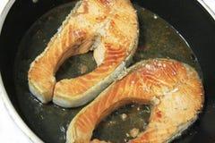 在平底锅油煎的三文鱼红色鱼 免版税库存照片