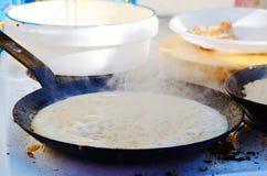 在平底锅油煎的薄煎饼 库存照片