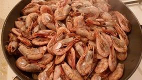 在平底锅油煎的虾 库存图片