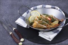 在平底锅油煎的鱼 免版税图库摄影