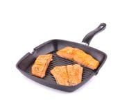 在平底锅的三文鱼 库存图片