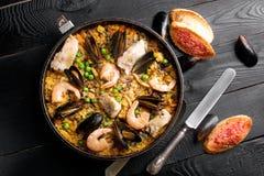 在平底锅的传统海鲜肉菜饭 免版税库存图片