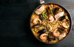 在平底锅的传统海鲜肉菜饭 库存照片