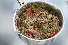 在平底锅的准备的奎奴亚藜食谱 免版税库存图片