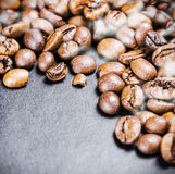 在平底锅的准备的烤咖啡豆 库存照片