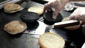 在平底锅的切的汉堡小圆面包 股票录像