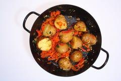 在平底锅的削皮的土豆 免版税库存照片