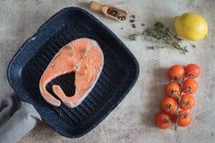 在平底锅的可口鲑鱼排 免版税库存照片