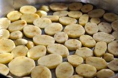 在平底锅的土豆 库存图片