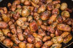 在平底锅的土豆 库存照片