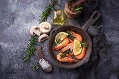 在平底锅的大虾虾 免版税库存照片