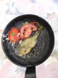 在平底锅的小鱼 免版税库存照片