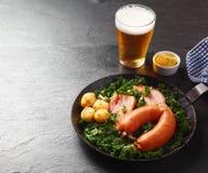在平底锅的开胃德国食谱用在边的啤酒 库存照片